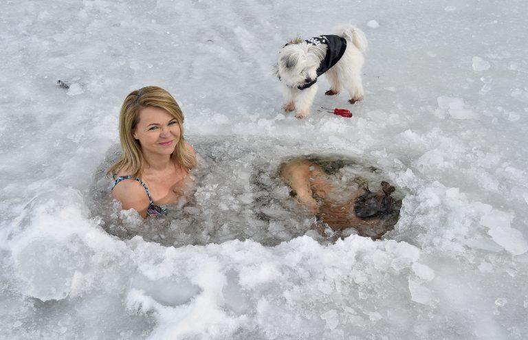 Die Eisschwimmer Silvana Kolman und Stefan Paul Gruschwitz aus Utting am Windachspeicher. Hund Lucky (Malteser)